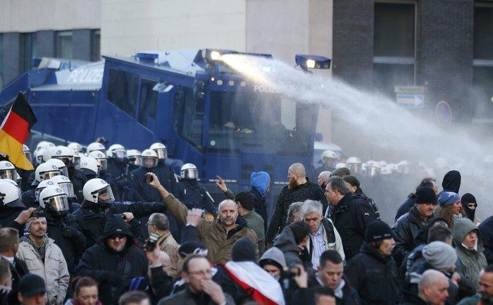Ένταση στην Κολωνία, σκληραίνει τη στάση της η Μέρκελ - εικόνα 8