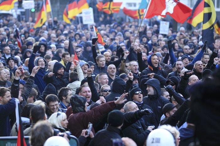 Ένταση στην Κολωνία, σκληραίνει τη στάση της η Μέρκελ - εικόνα 9