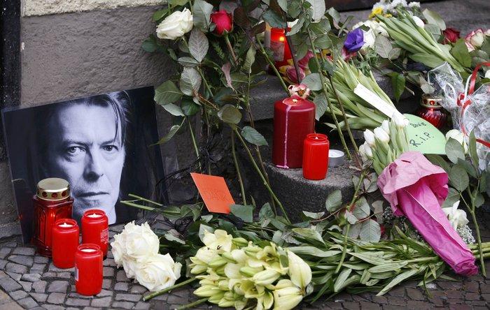 Λούλούδια & κεριά στα σπίτια του Μπάουι σε Βερολίνο - Λονδίνο- Ν.Υόρκη φωτό - εικόνα 2