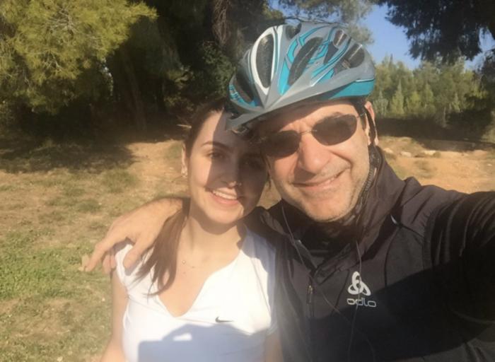 Με την κόρη του Σοφία για ποδήλατο στο δάσος Συγγρού.