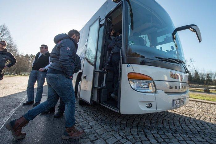 'Eστειλε λεωφορείο με 30 πρόσφυγες στη Μέρκελ! - εικόνα 3