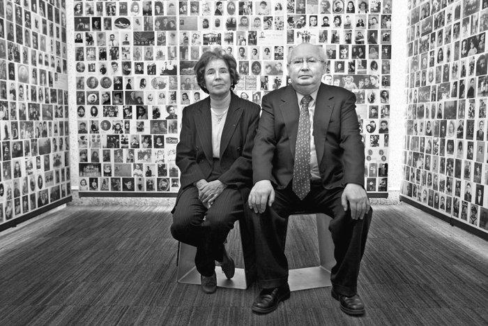 Η Μπεάτε και ο Σερζ Κλάρσφελντ στο Μνημείο του Ολοκαυτώματος το 2011 στην αίθουσα των εκτοπισμένων παιδιών.