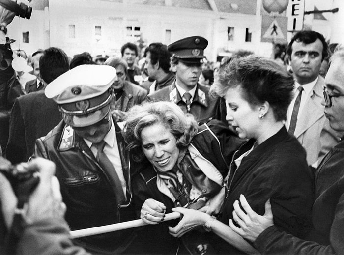 Στις 5/6/1986 η Μπεάτε ηγείται εκδήλωσης κατά του Αυστριακού καγκελάριου Κουρτ Βαλντχάιμ στη Βιέννη. Η εκστρατεία θα έχει ως αποτέλεσμα να μην ξαναβάλλει υποψηφιότητα για καγκελάριος