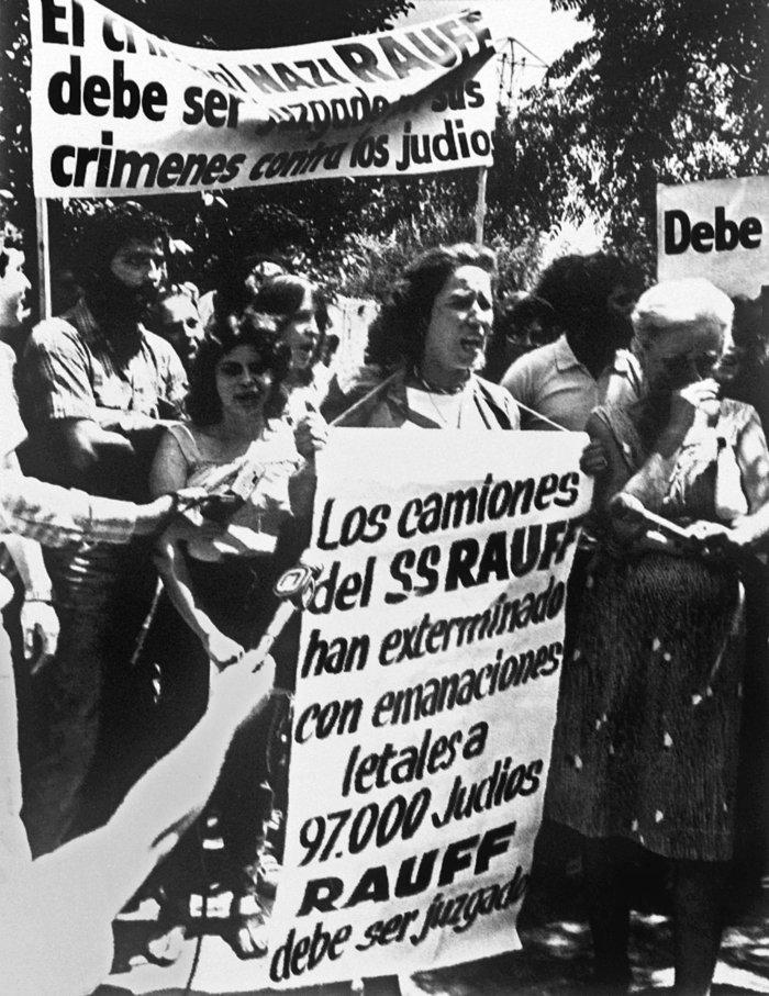 Στις 26/1/1984 η Μπεάτε διαδηλώνει κατά της ατιμωρισίας του ναζί εγκληματία Βάλτερ Ράουφ, τον οποίο καμία χιλιανή κυβέρνηση - ούτε εκείνη του Αλιέντε - δεν θα εκδώσει.