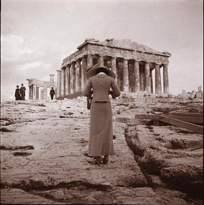 Φωτογραφία ανώνυμου: Η φωτογράφος της Ακρόπολης, 15 Απριλίου 1911 (Συλλογή Χάρη Γιακουμή / Kallimages, Παρισι)