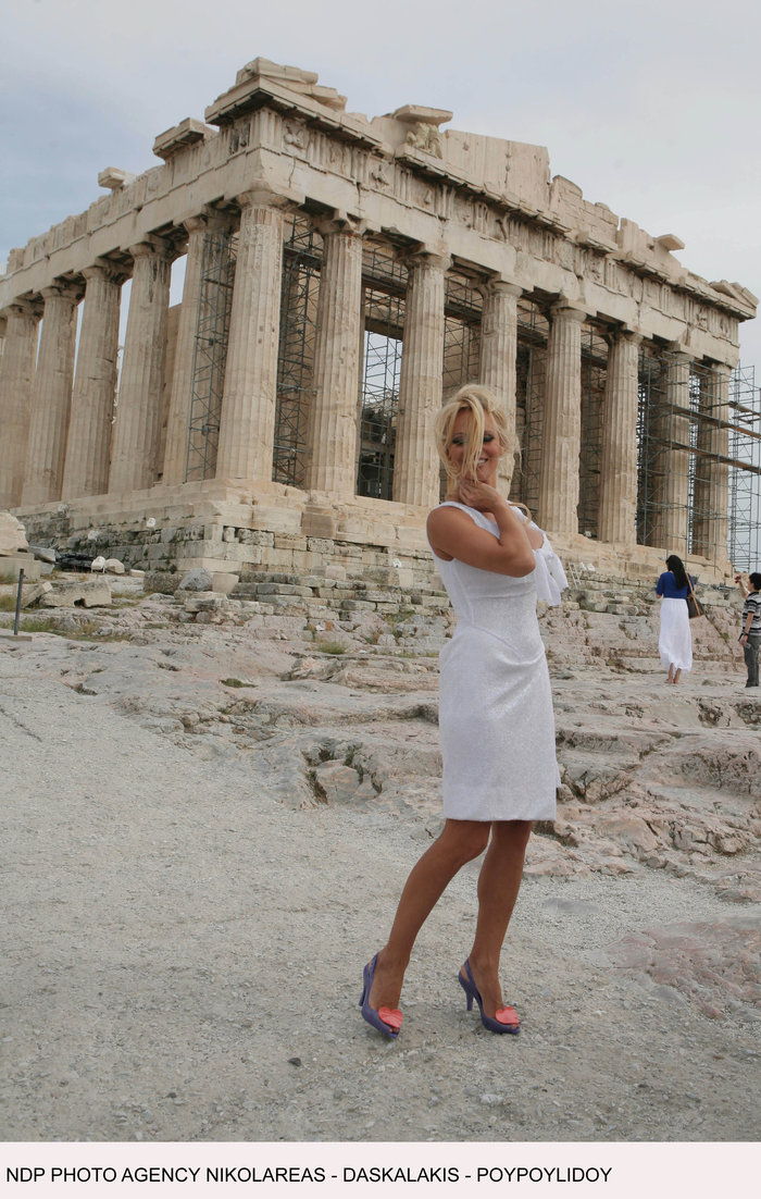Πάμελα Αντερσον: Το τετ-α-τετ με τον Σάκη και τα 12ποντα στην Ακρόπολη - εικόνα 2