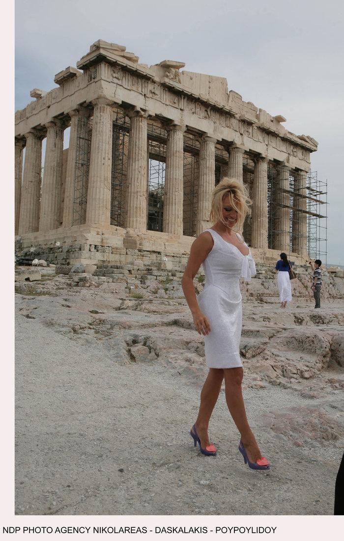 Πάμελα Αντερσον: Το τετ-α-τετ με τον Σάκη και τα 12ποντα στην Ακρόπολη - εικόνα 6