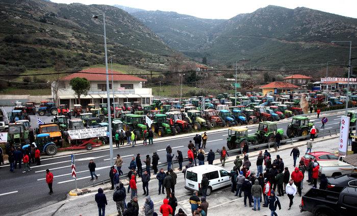 Σε πολιορκία η κυβέρνηση από αγρότες και επαγγελματίες
