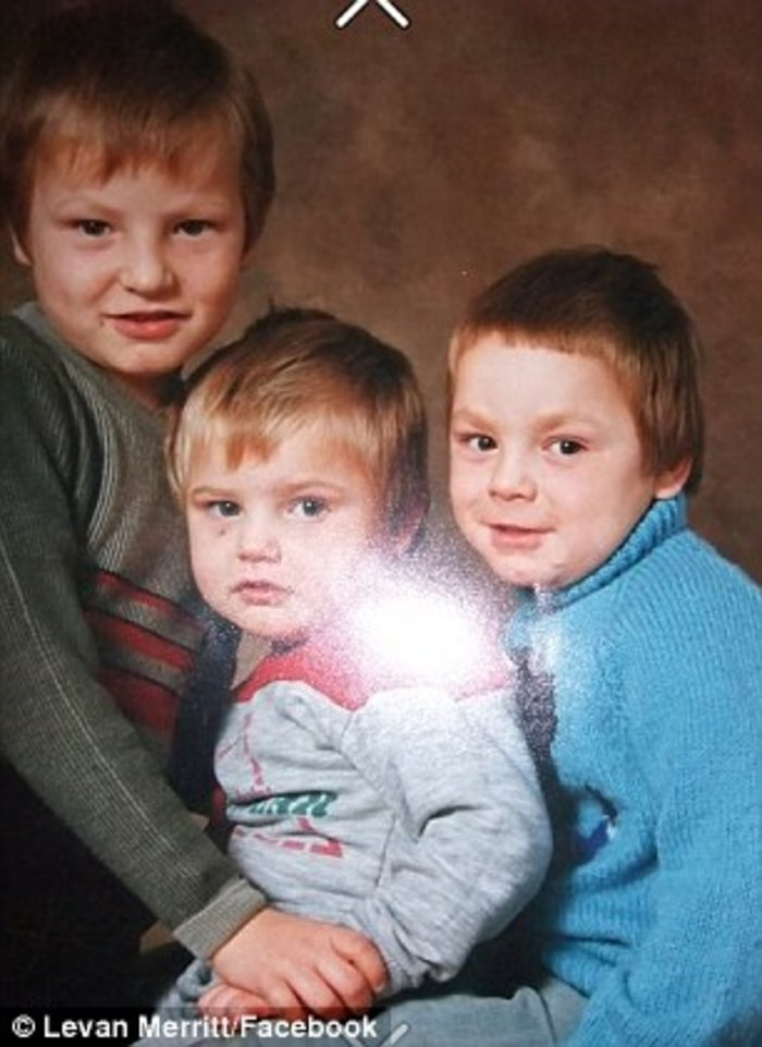 Ο Λέβαν (αριστερά) λίγο καιρό πριν το ατύχημά του μαζί με τα αδέρφια του