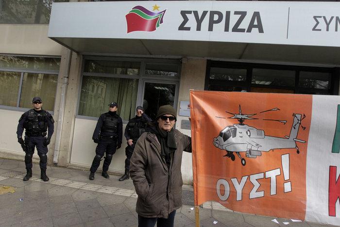Η ΠΟΕ-ΟΤΑ έξω από τα γραφεία του ΣΥΡΙΖΑ σκίζει τα μνημόνια - εικόνα 3
