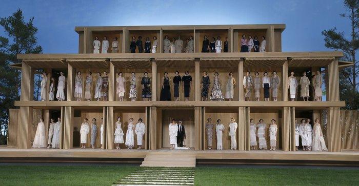Το φινάλε στο μαγικό κουκλόσπιτο του οίκου Chanel. Φωτο: Reuters