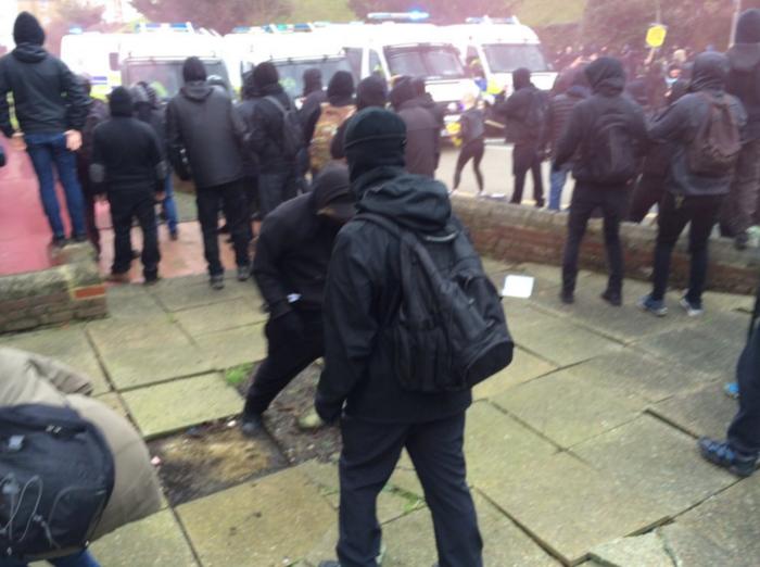 Αγγλία: Συγκρούσεις διαδηλωτών με ακροδεξιούς στο Dover - εικόνα 6