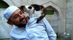 Ο ιμάμης που φιλοξενεί αδέσποτα γατιά σε ιστορικό τζαμί