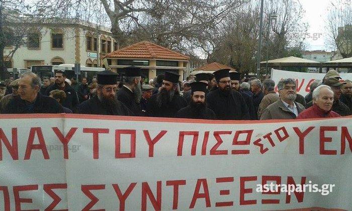 Κηδείες, παπάδες & φορεία:Τα χάπενινγκς των διαδηλώσεων - εικόνα 7