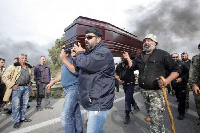 Κηδείες, παπάδες & φορεία:Τα χάπενινγκς των διαδηλώσεων