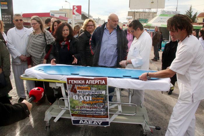 Κηδείες, παπάδες & φορεία:Τα χάπενινγκς των διαδηλώσεων - εικόνα 11