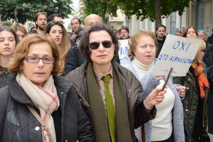 Κηδείες, παπάδες & φορεία:Τα χάπενινγκς των διαδηλώσεων - εικόνα 12