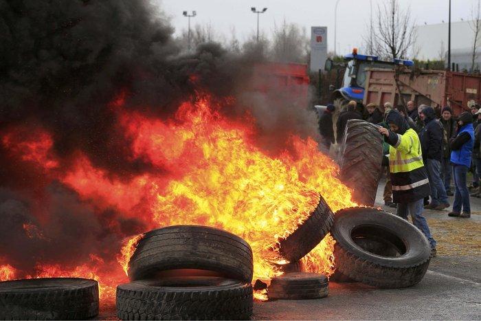Γάλλοι αγρότες καίνε λάστιχα κατά των μεγάλων αλυσίδων σούπερ μάρκετ