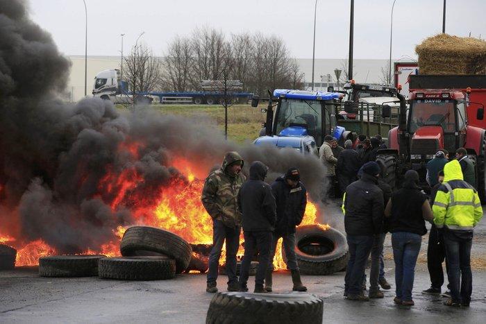 Γάλλοι αγρότες καίνε λάστιχα κατά των μεγάλων αλυσίδων σούπερ μάρκετ - εικόνα 2