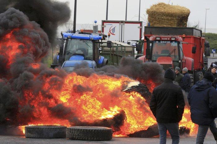 Γάλλοι αγρότες καίνε λάστιχα κατά των μεγάλων αλυσίδων σούπερ μάρκετ - εικόνα 3