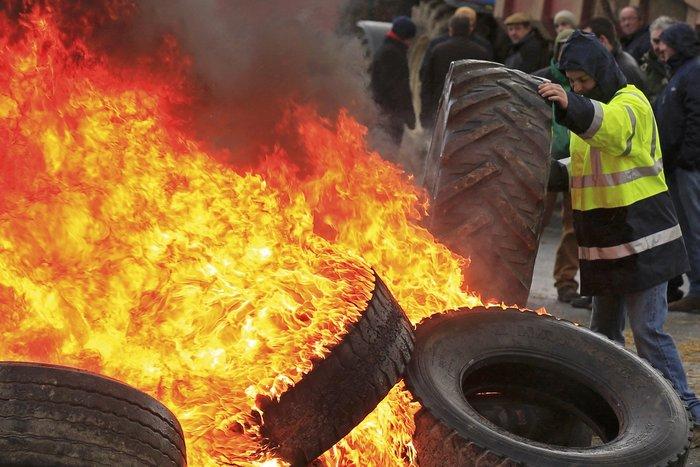 Γάλλοι αγρότες καίνε λάστιχα κατά των μεγάλων αλυσίδων σούπερ μάρκετ - εικόνα 4