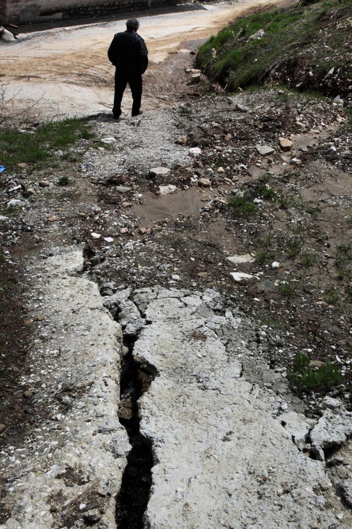Στην φωτογραφία διακρίνεται η ρωγμή σε δρόμο του χωριού.