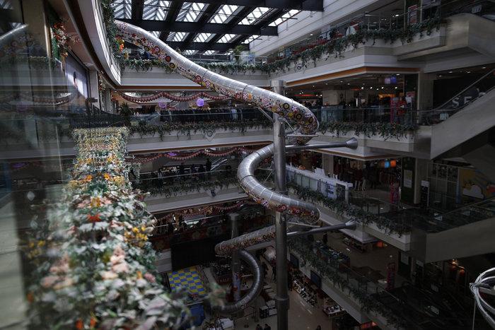Τσουλήθρα - τέρας σε εμπορικό κέντρο της Σαγκάης