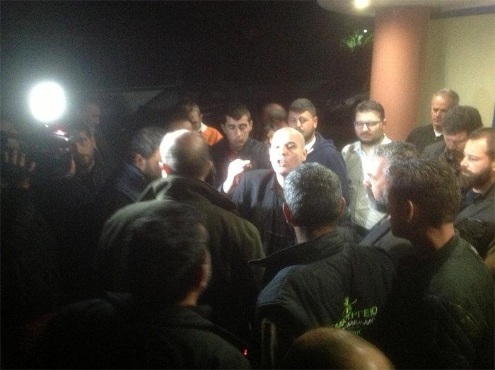 Έξαλλοι αγρότες προπηλάκισαν τον Μιχελογιαννάκη έξω από κανάλι της Κρήτης