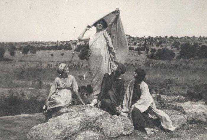 Η Ισιδώρα Ντάνκαν με μαθήτριές της στη Θήβα
