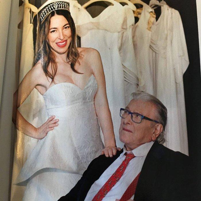Πρόβα νυφικού για τη σύζυγο του: Αυτό θα είναι το νυφικό που θα φορέσει