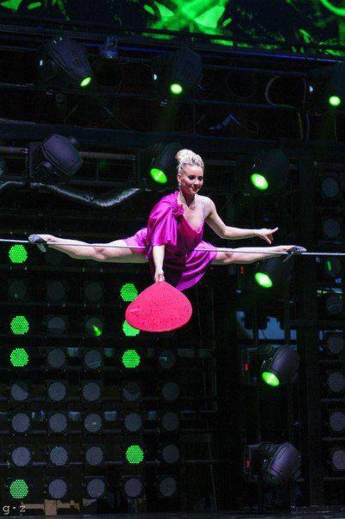 Καλλίγραμμη Ρωσίδα σπάει κάθε ρεκόρ περπατώντας σε σχοινί με 12ποντα