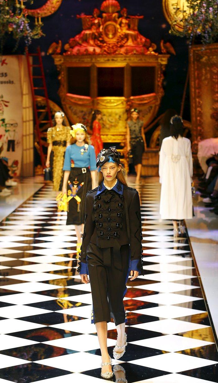 Εικόνες από τo εκπληκτικό σόου των Dolce & Gabbana στο Μιλάνο - εικόνα 13