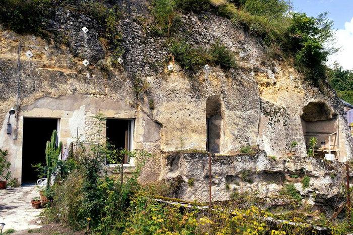 Ανεργος αγόρασε σπήλαιο 1€ και το έκανε παλάτι