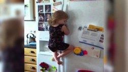 Δεν υπάρχει! Παιδί - νίντζα σκαρφαλώνει στο ψυγείο για να φάει