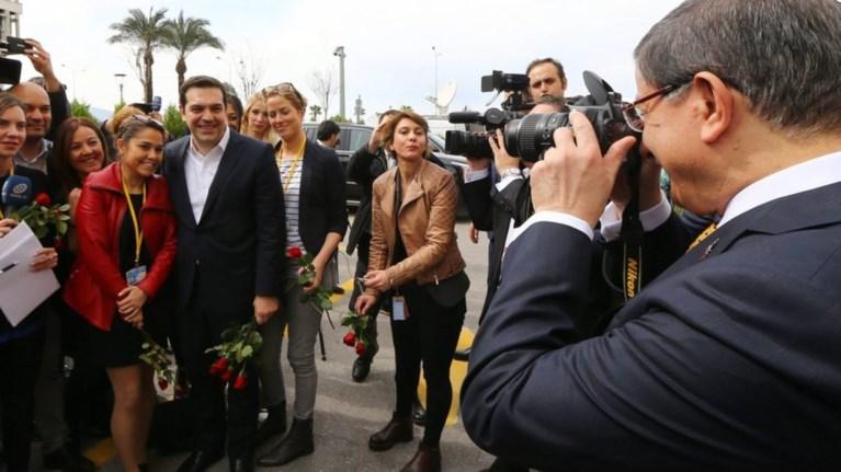 o-tsipras-stithike-na-ton-fwtografisei-o-ntaboutoglou