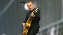 Κατέστρεψαν την κιθάρα του B.Adams στo τελωνείο Καΐρου