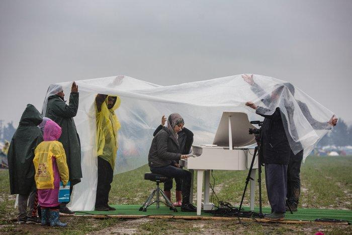 Η Σύρια που έπαιξε πιάνο στις λάσπες της Ειδομένης
