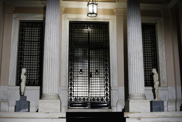 «Εάν ο Τσίπρας χρειάζεται ένα υπουργικό συμβούλιο το οποίο μπορεί ολοκληρώσει την αξιολόγηση το ταχύτερο δυνατό, τότε ο ανασχηματισμός θα μπορούσε να απαλύνει τα σημεία της αντιπαράθεσης» δήλωσε μία από τις πηγές στο Reuters