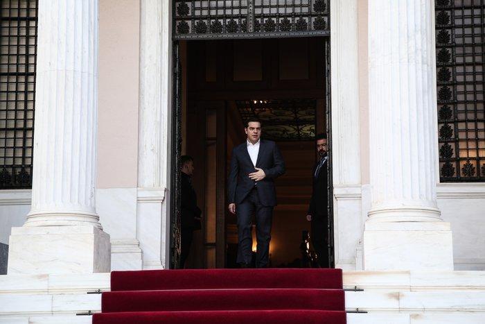 O κ. Τσίπρας θα επιδιώξει να βρει μια ισορροπία ανάμεσα στην αντιστροφή του αρνητικού κλίματος που έχει διαμορφωθεί εις βάρος της κυβέρνησης, έτσι όπως αποτυπώνεται ξεκάθαρα στις δημοσκοπήσεις, και στην εφαρμογή των επίπονων μεταρρυθμίσεων, αναφέρε το Reuters