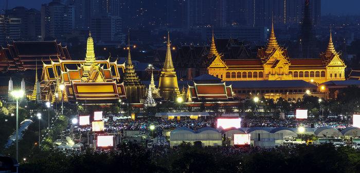 Χιλιάδες Ταϊλανδοί ντυμένοι στα μαύρα θρηνούν για τον νεκρό βασιλιά τους