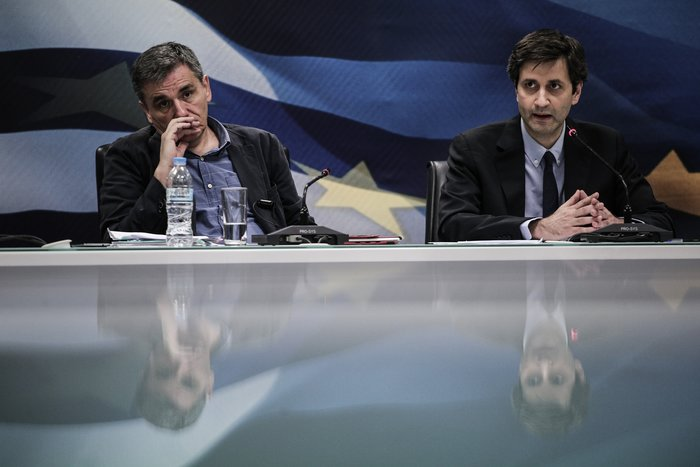 Ευκλείδης Τσακαλώτος και Γιώργος Χουλιαράκης από παλαιότερη συνέντευξη Τύπου στο υπουργείο Οικονομικών