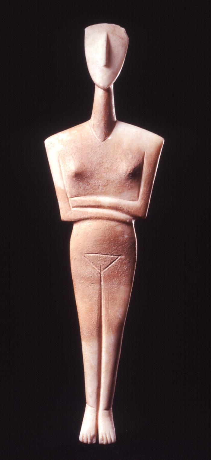 Μαρμάρινο ειδώλιο γυναικείας μορφήςΚανονικός τύπος, παραλλαγή ΔωκαθισμάτωνΠρωτοκυκλαδική ΙΙ περίοδος (περ. 2700-2400/2300 π.Χ.)Συλλογή Ν.Π. Γουλανδρή, αρ. 206