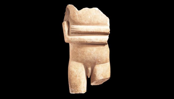 Μαρμάρινο ειδώλιο κυνηγού ή πολεμιστήΜετακανονικός τύποςΤέλος Πρωτοκυκλαδικής ΙΙ περιόδου (περ. 2400-2300 π.Χ.)Συλλογή Ν.Π. Γουλανδρή, αρ. 308