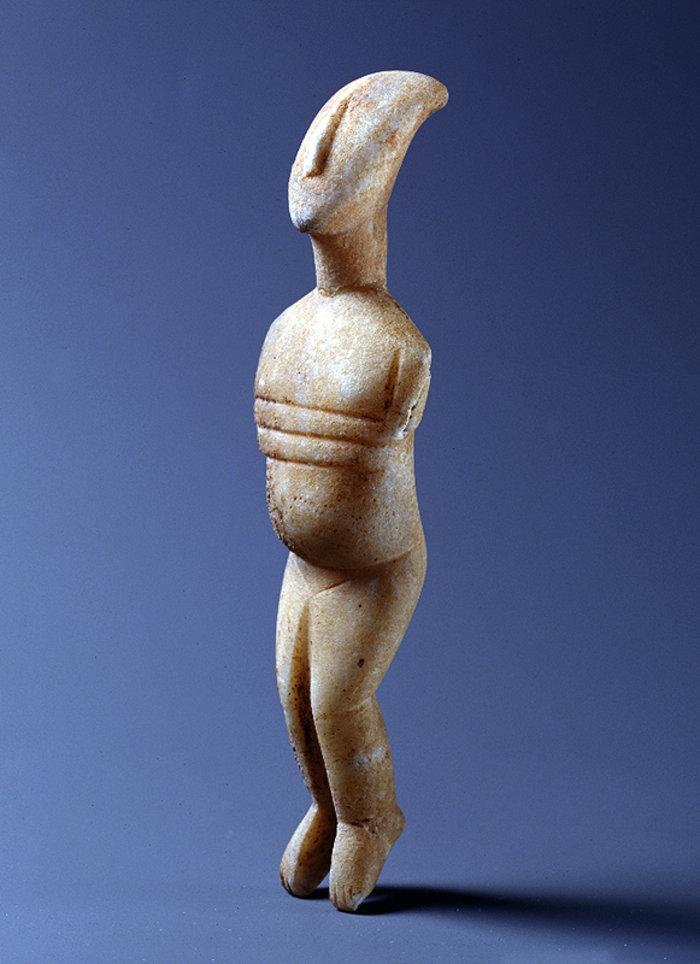 Mαρμάρινο ειδώλιο γυναικείας μορφής με έντονα διογκωμένη κοιλιά, που θεωρείται δηλωτική εγκυμοσύνης. Κανονικός τύπος, παραλλαγή ΣπεδούΠρωτοκυκλαδική ΙΙ περίοδος (περ. 2700-2400/2300 π.Χ.)Συλλογή Ν.Π. Γουλανδρή, αρ. 309