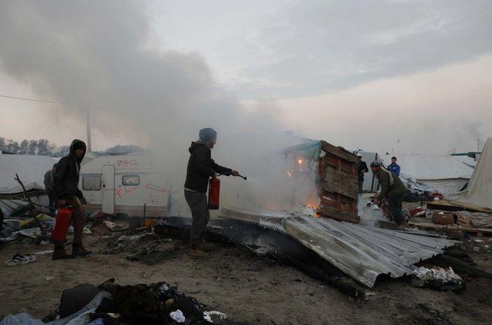 """Μεγάλη φωτιά μαίνεται στη """"ζούγκλα του Καλαί"""", ενώ συνεχίζεται η εκκένωση - εικόνα 2"""