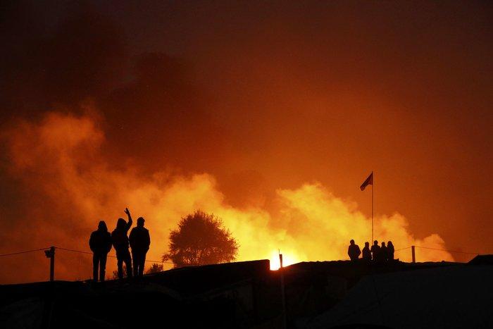 """Μεγάλη φωτιά μαίνεται στη """"ζούγκλα του Καλαί"""", ενώ συνεχίζεται η εκκένωση - εικόνα 4"""