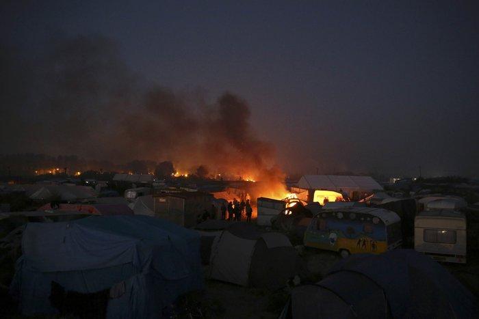 """Μεγάλη φωτιά μαίνεται στη """"ζούγκλα του Καλαί"""", ενώ συνεχίζεται η εκκένωση - εικόνα 5"""