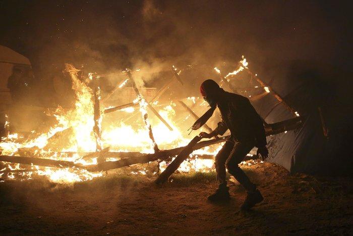 """Μεγάλη φωτιά μαίνεται στη """"ζούγκλα του Καλαί"""", ενώ συνεχίζεται η εκκένωση - εικόνα 6"""