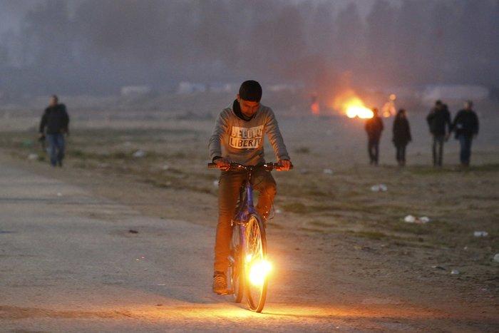 """Μεγάλη φωτιά μαίνεται στη """"ζούγκλα του Καλαί"""", ενώ συνεχίζεται η εκκένωση - εικόνα 7"""