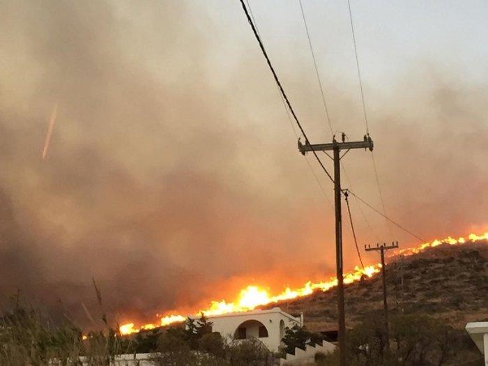 Μετά την 6ωρη μάχη οι πυροσβέστες περιόρισαν τη φωτιά στη Σύρο (BINTEO) - εικόνα 2